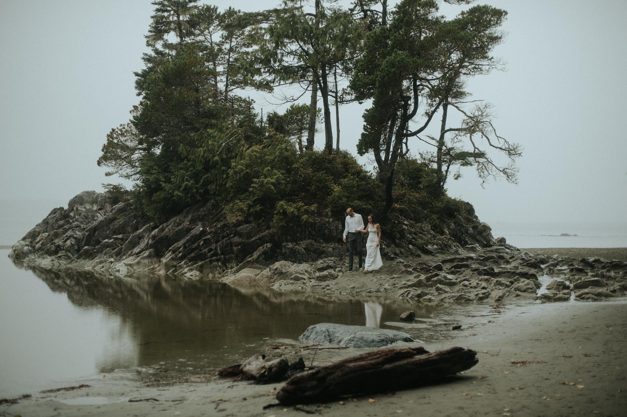Intimate Tonquin Beach Day-Before Portraits in Tofino // Daring Wanderer: www.daringwanderer.com
