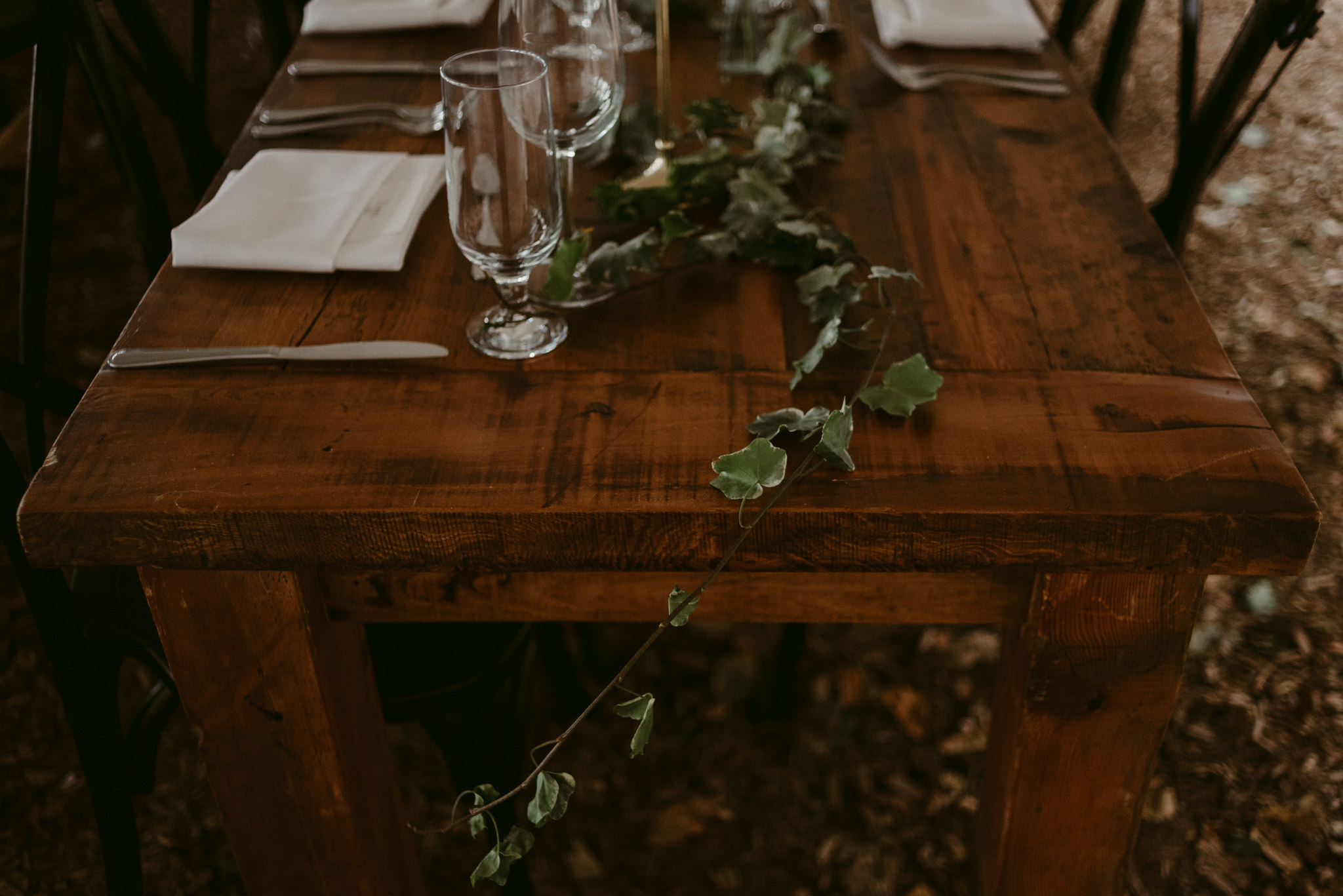 vines on wooden table for wedding reception table setup