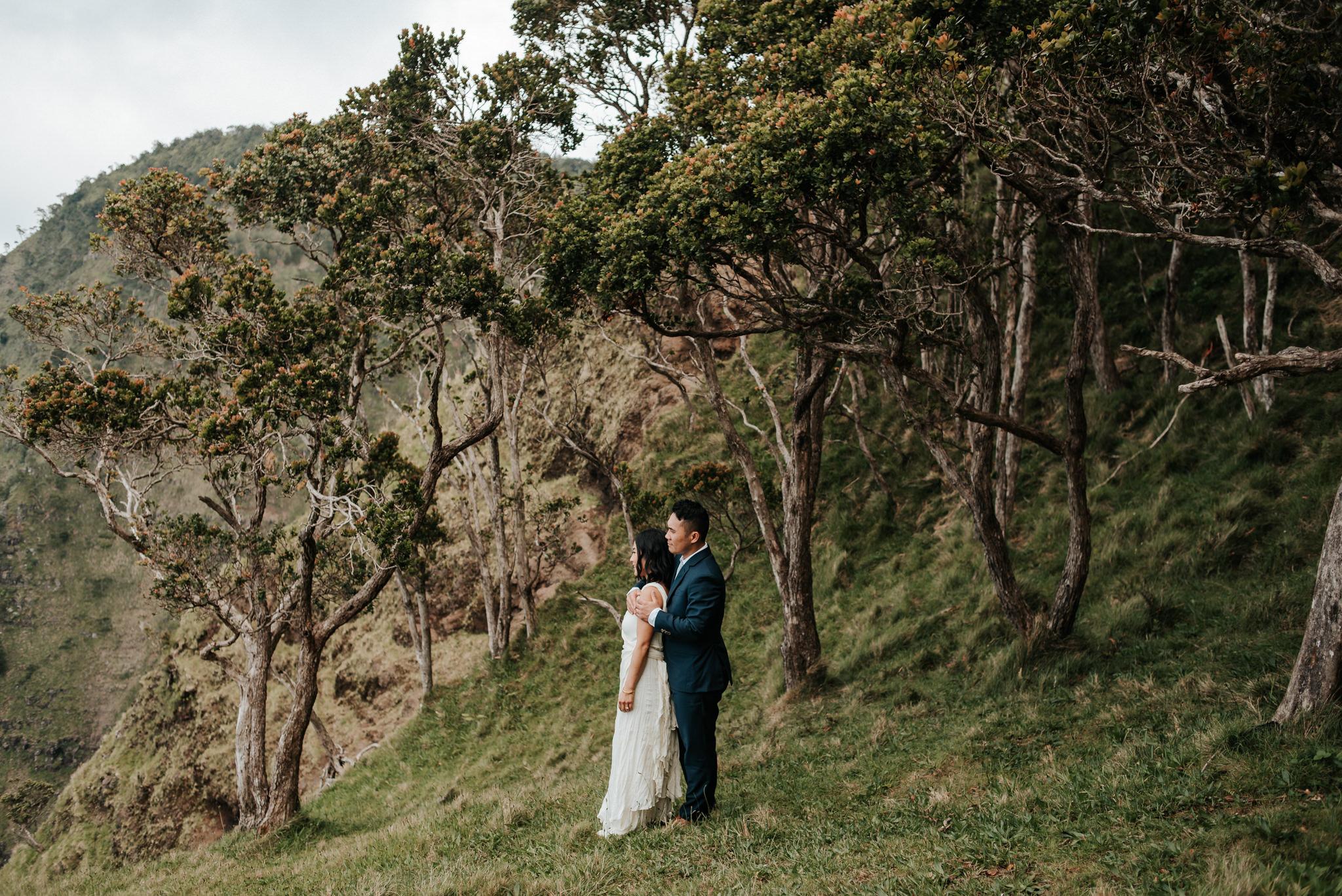 bride and groom hugging in na pali coast