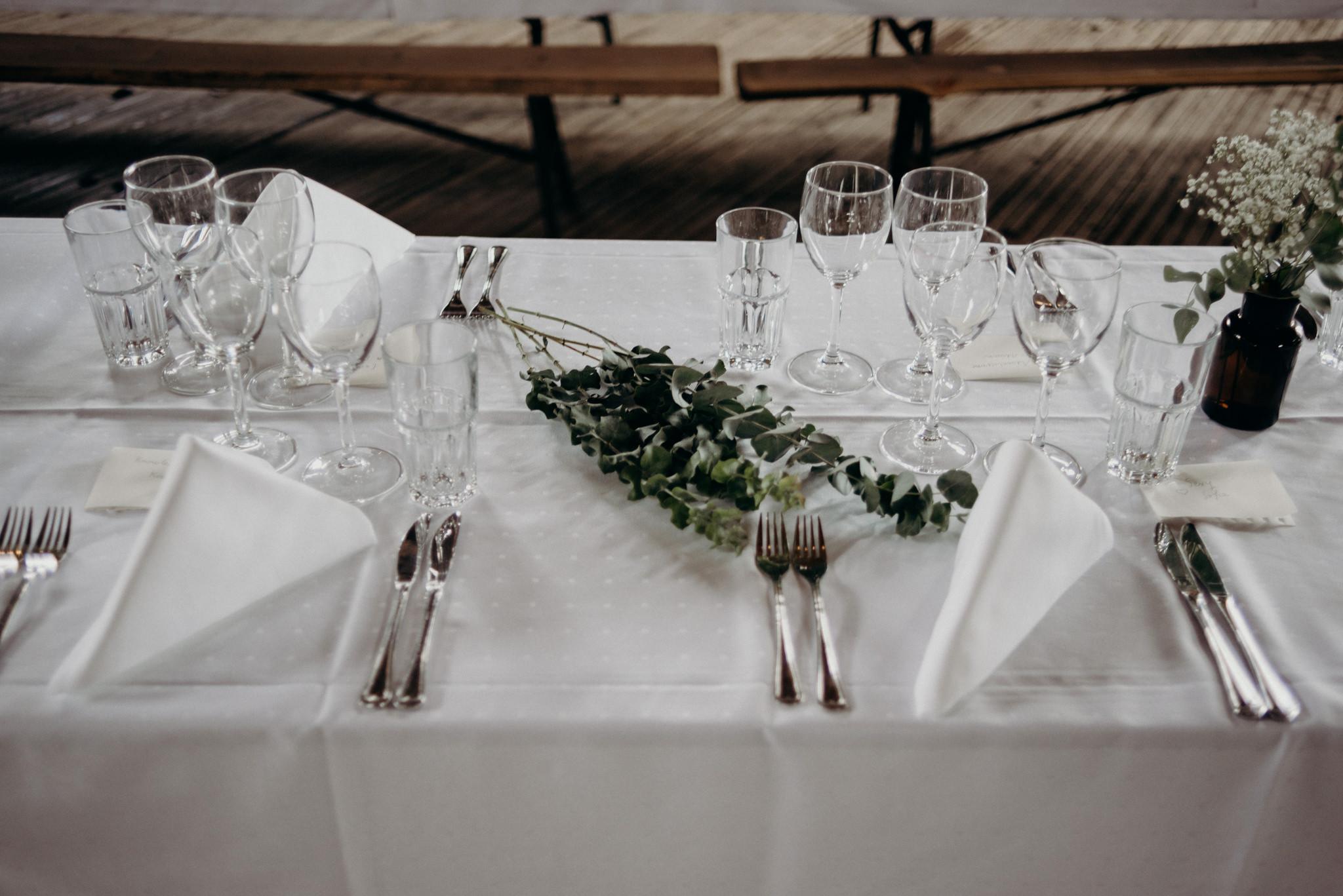 Valkosaaren Telakka wedding reception food table
