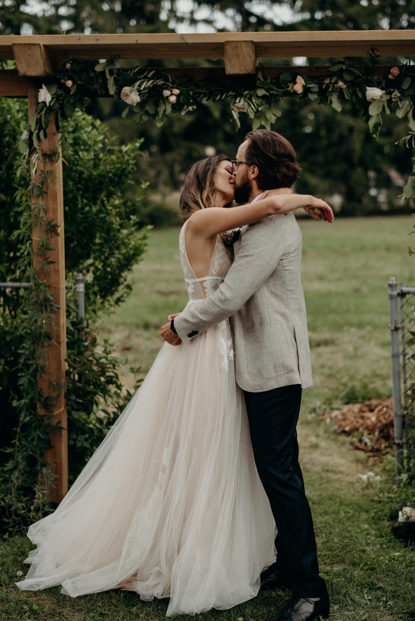 first kiss, backyard wedding