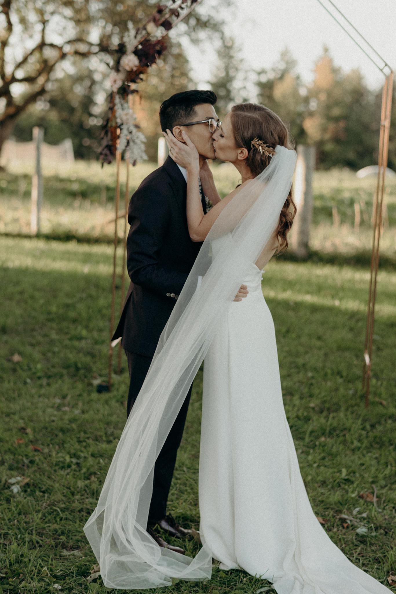 first kiss, outdoor wedding